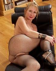 Classy older lady with a sweet pussy