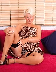 Classy hot Anilos lady teases us with her enticing beauty